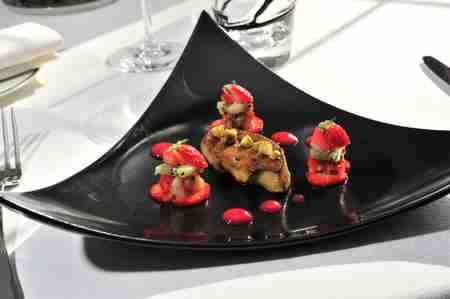 Foie gras poêlé, pistache et fraises